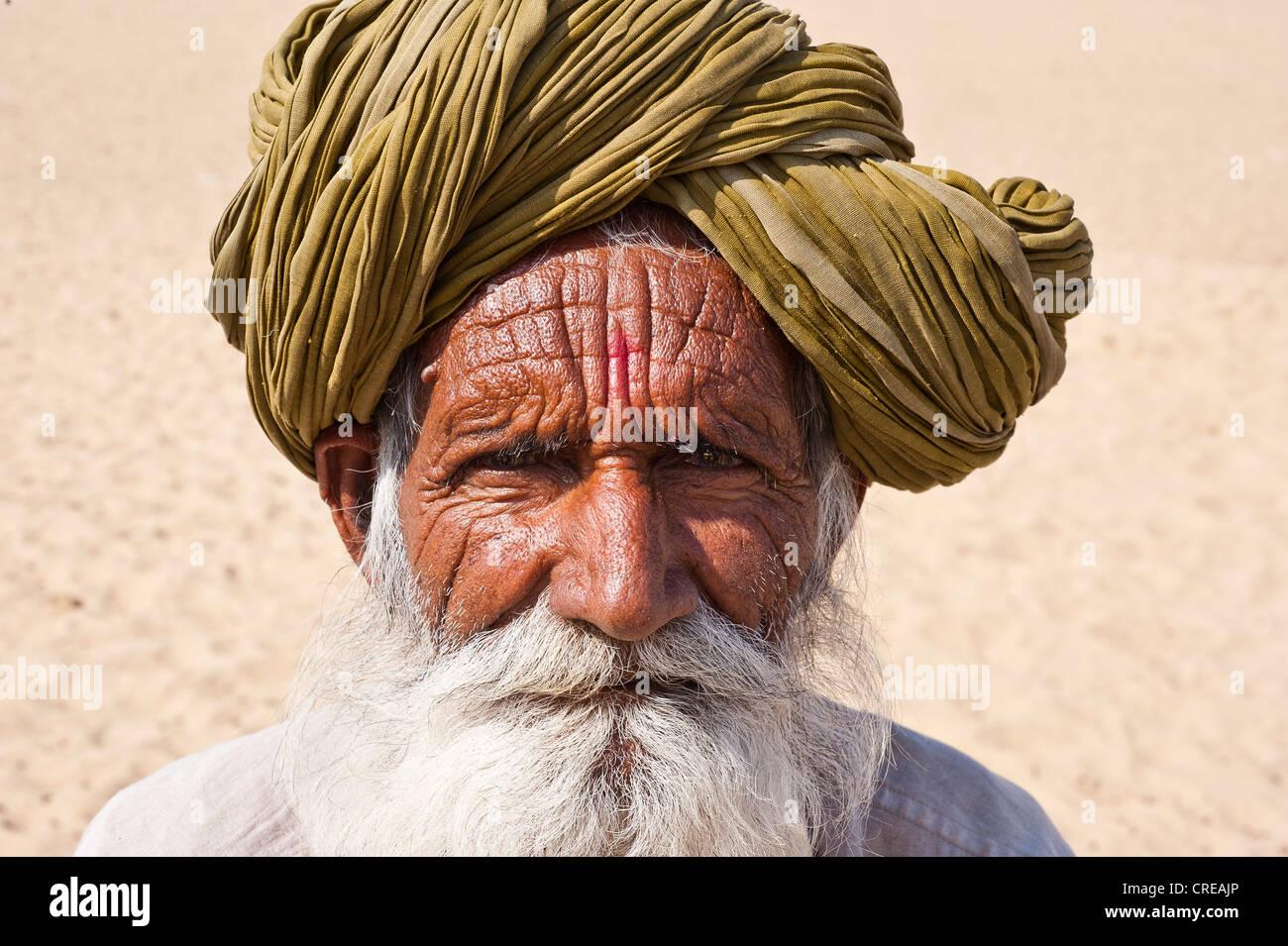 Portrait d'un vieil homme indien du Rajasthan, avec une barbe grise portant un turban traditionnel, désert de Thar, Banque D'Images
