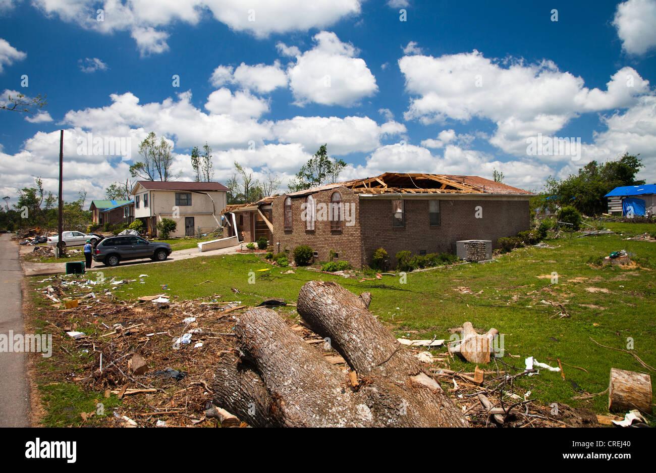 PLEASANT GROVE, Alabama, USA. Les tornades ont dévasté cette petite ville à l'extérieur Photo Stock