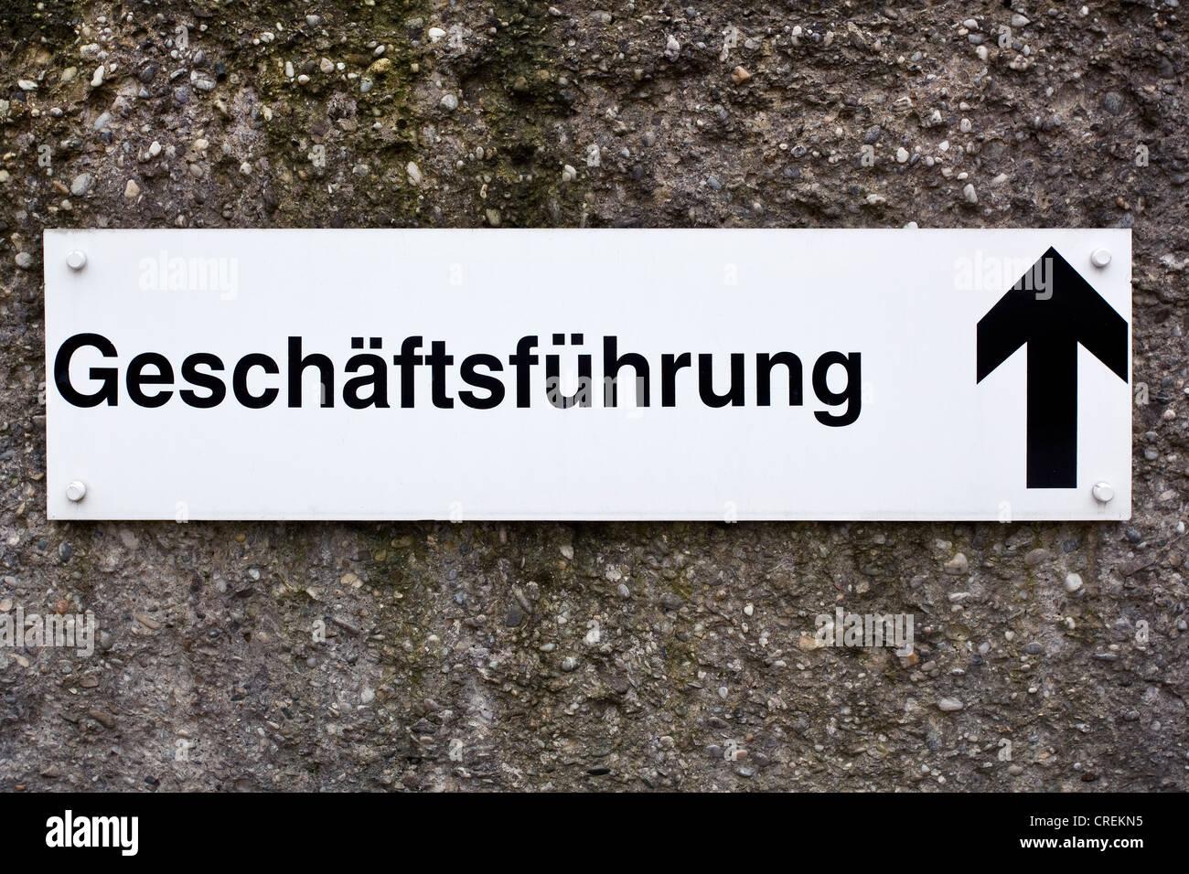 Signe, Geschaeftsfuehrung ou gestion d'entreprise, et d'une flèche pointant vers le haut Photo Stock