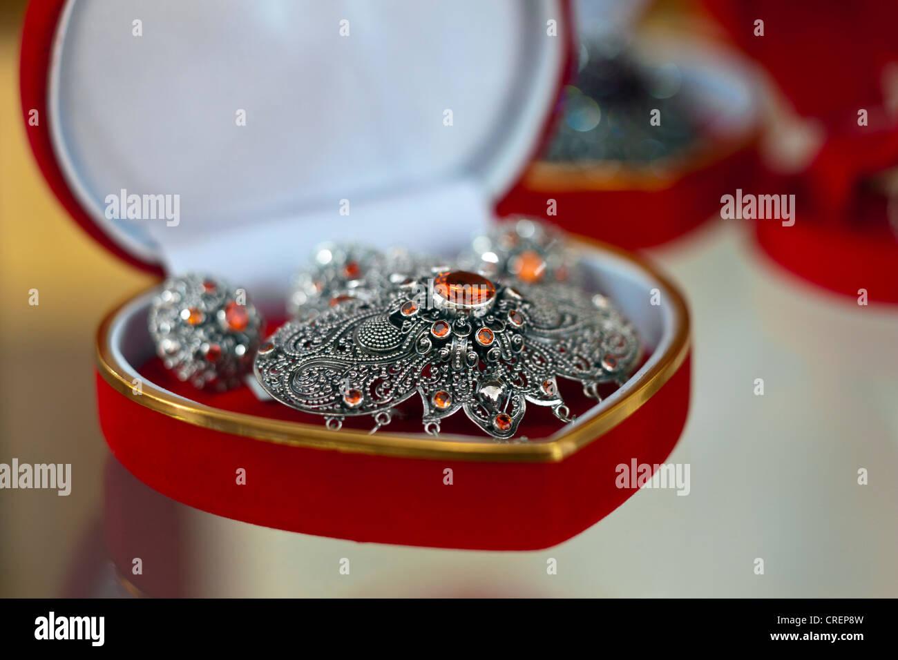 Des bijoux en argent en vente dans une boîte en forme de cœur, Bali, 443a62c00da0