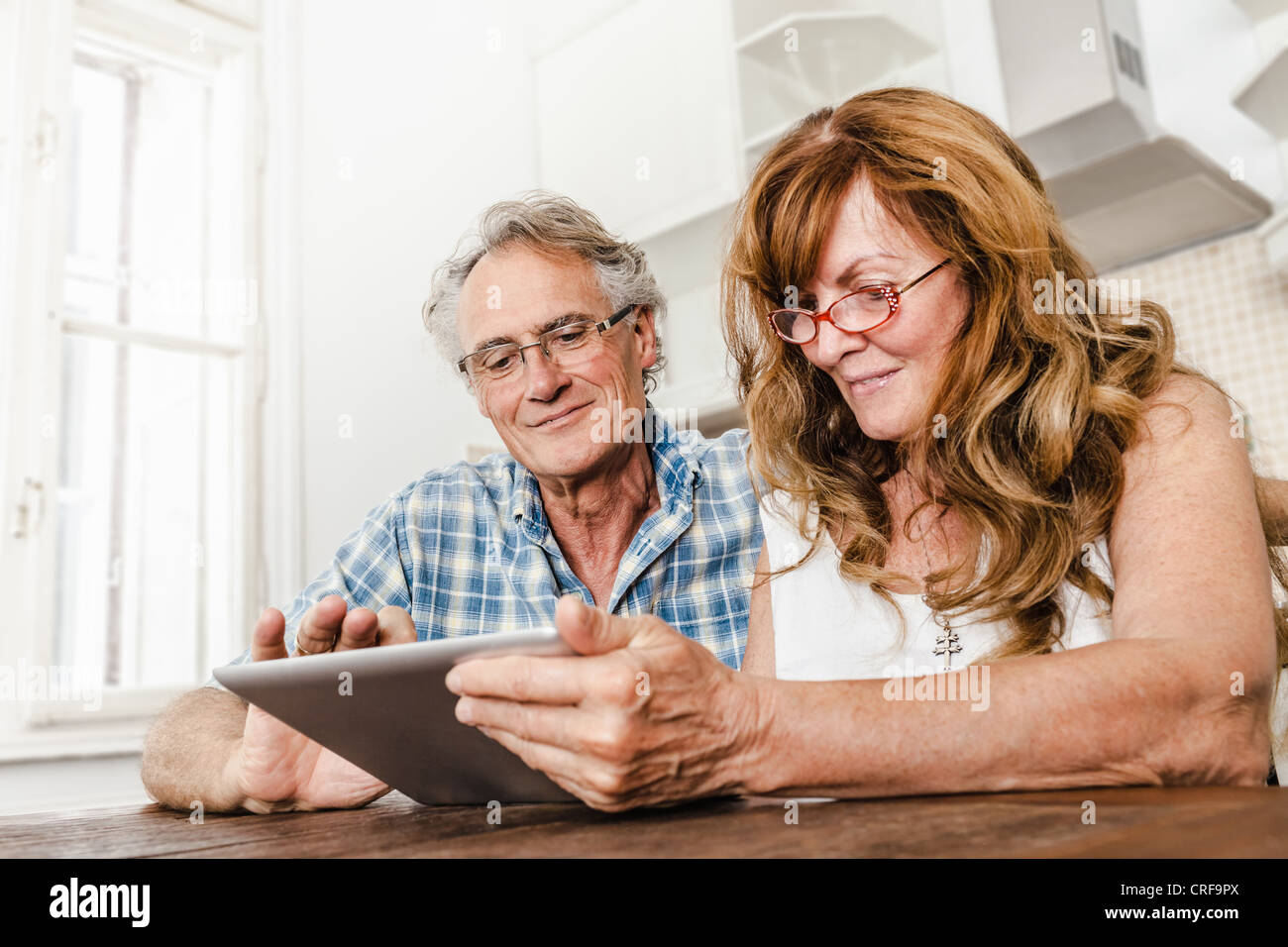 Vieux couple using tablet computer Photo Stock