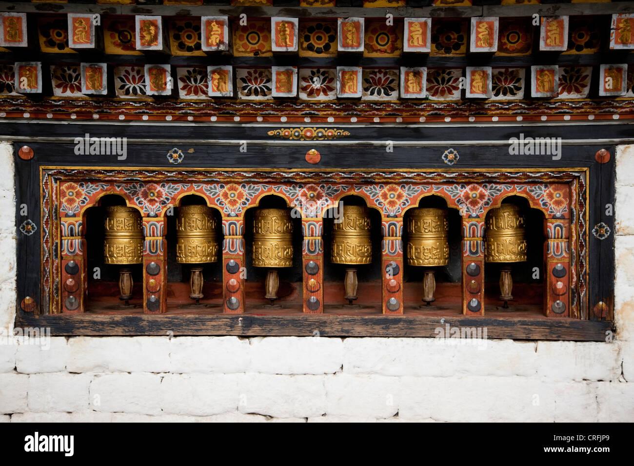 Roues de prière dans une alcôve dans le mur d'un temple bhoutanais Photo Stock