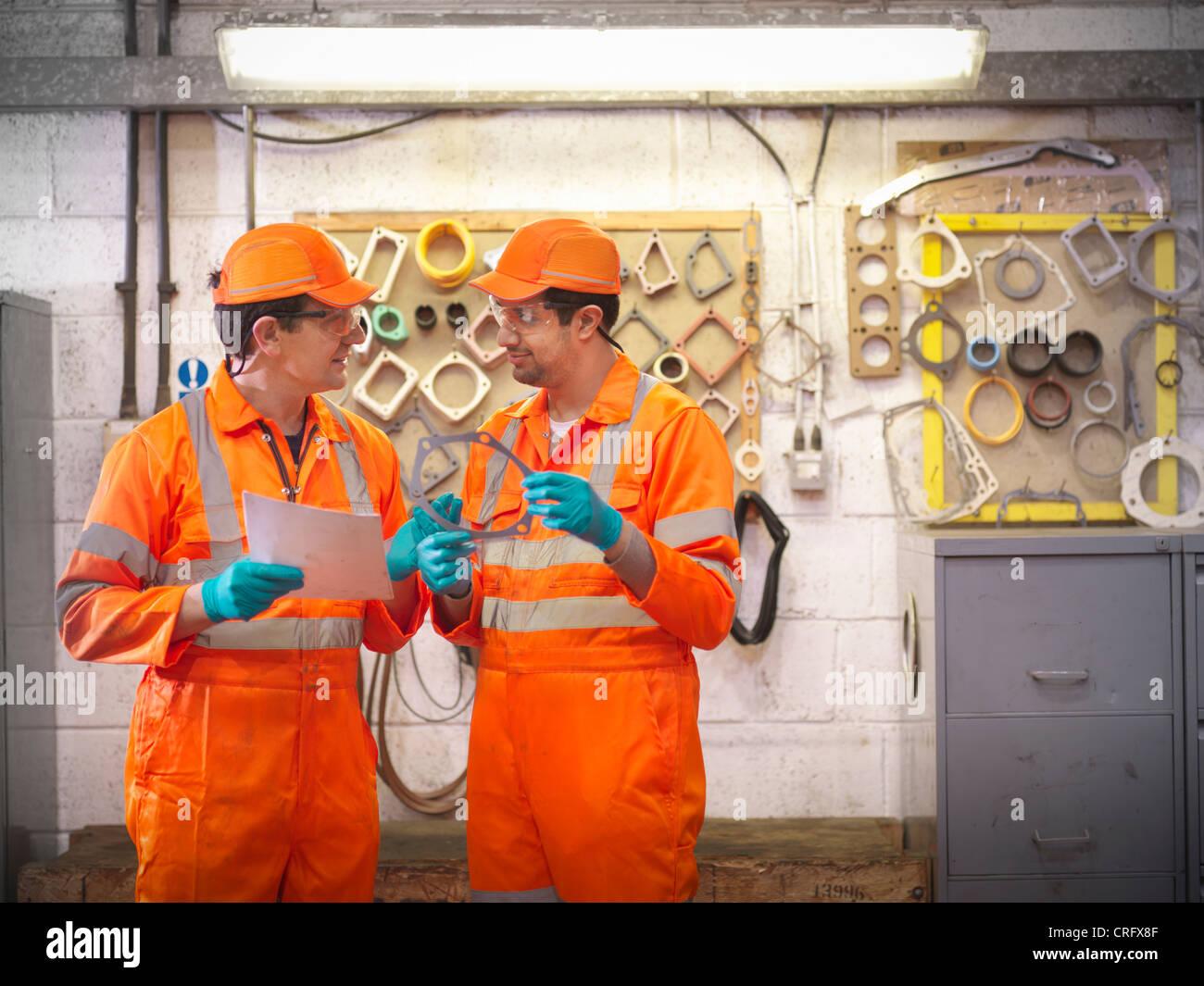 Apprenti ingénieur en usine d'enseignement Photo Stock