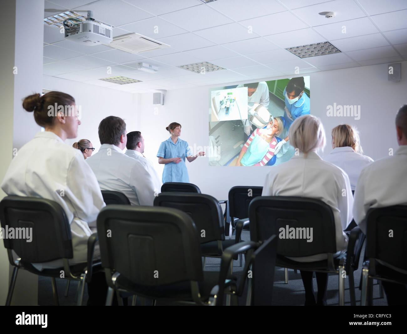 Les élèves en classe d'enseignement dentiste Photo Stock