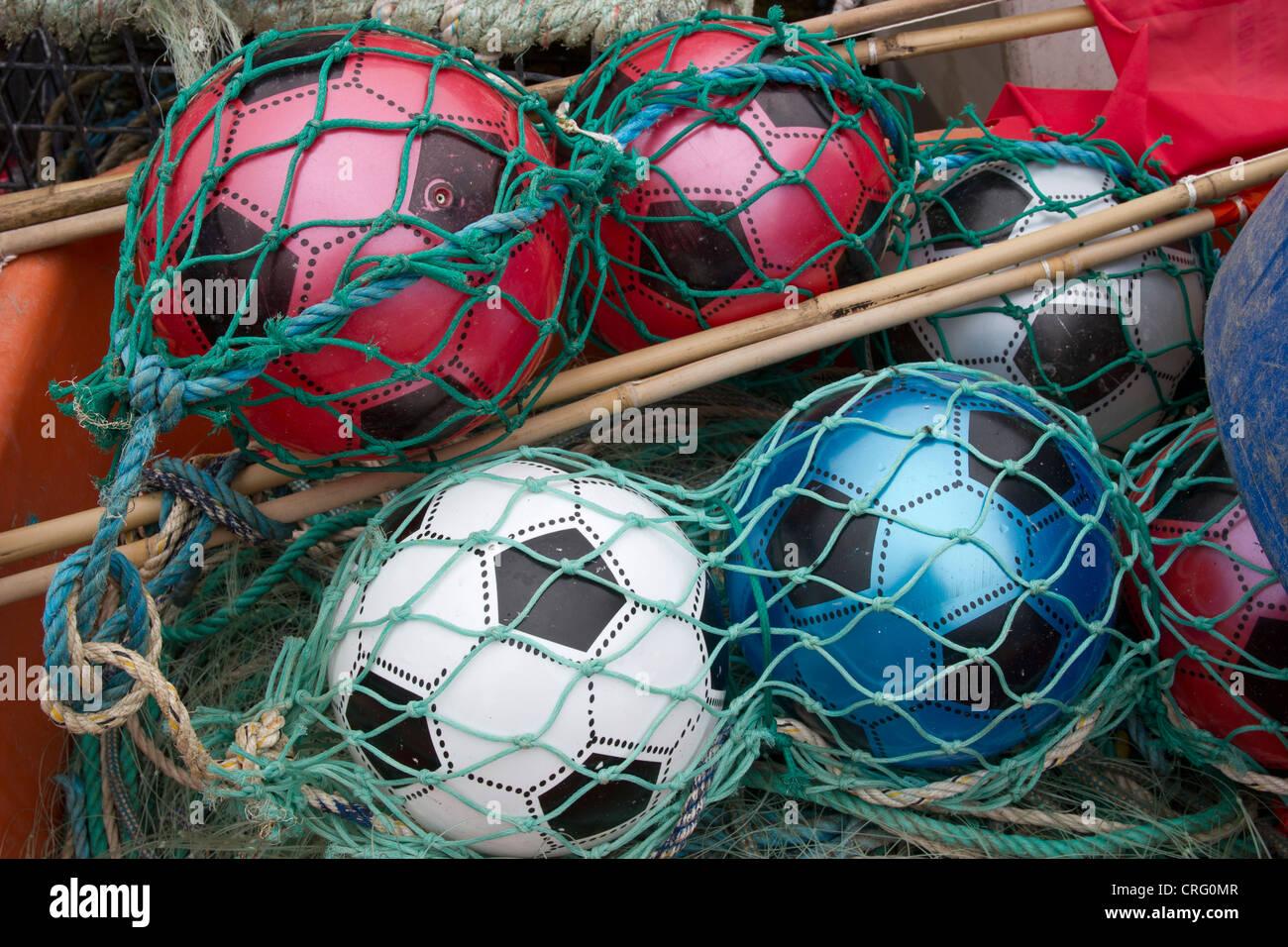 Ballons colorés utilisés comme flotteurs de pêche. Filet de pêche Banque D'Images