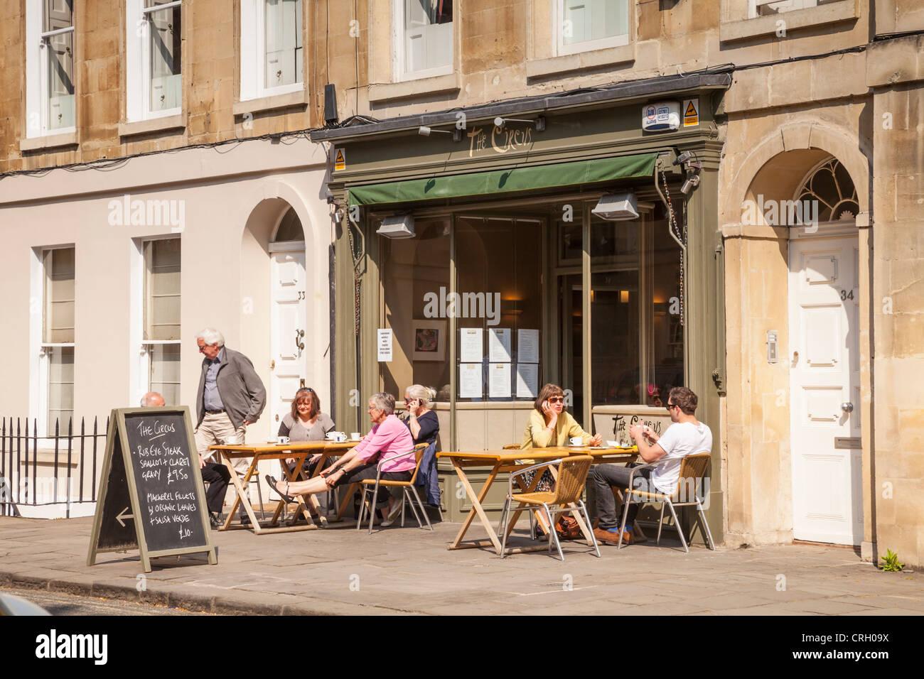 La terrasse d'un café près de la baignoire, cirque, avec des gens assis à l'extérieur Photo Stock