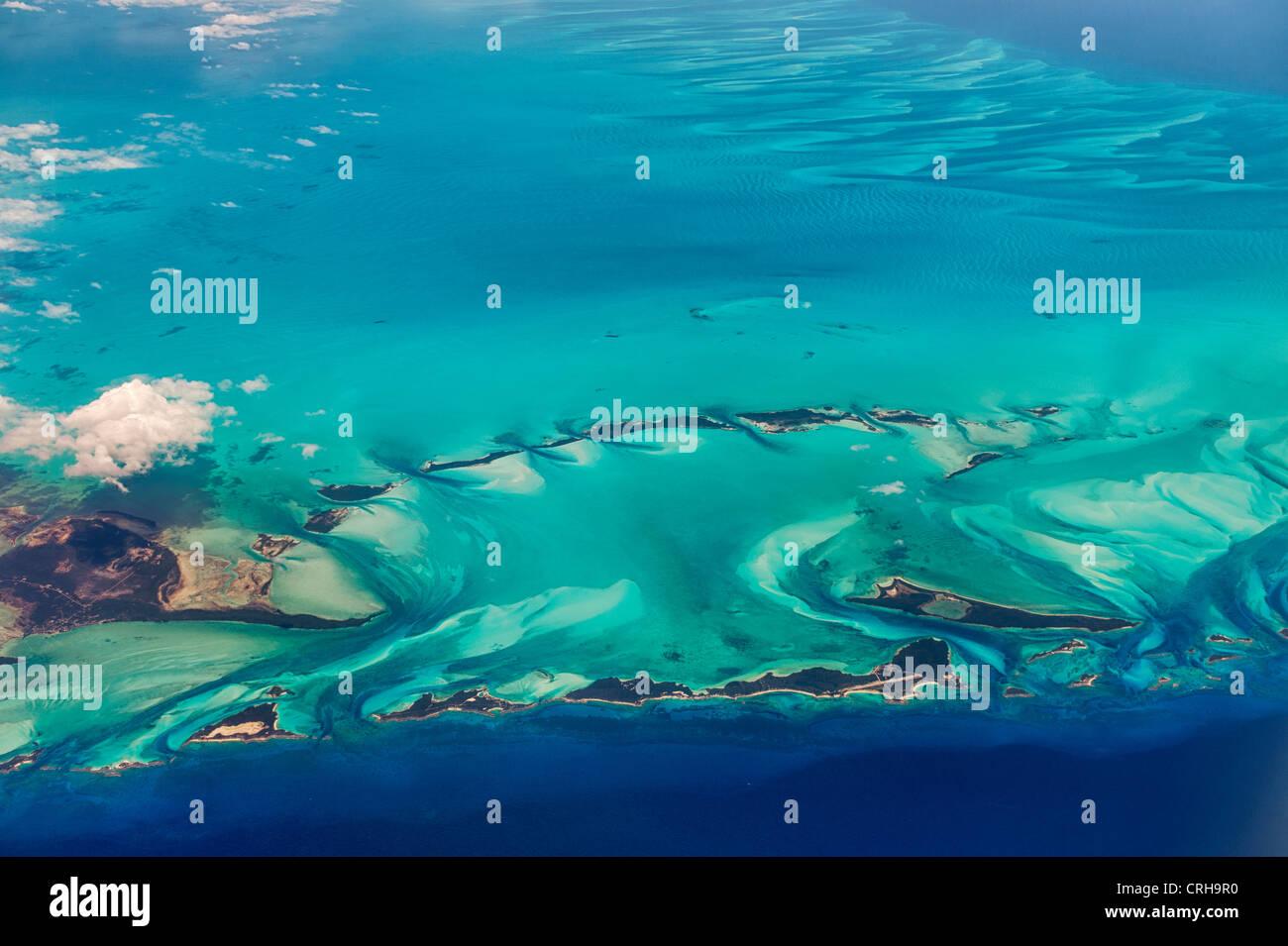 Vue aérienne des îles et des nuages dans les Bahamas. Banque D'Images