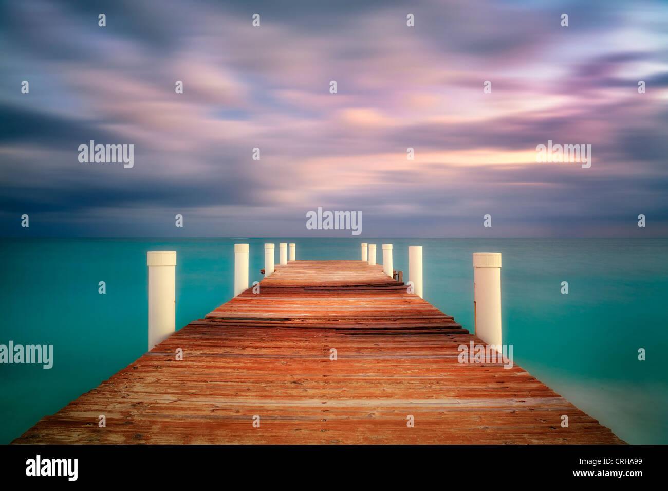Pier au lever du soleil à Grace Bay. Providenciales. Îles Turques et Caïques. Banque D'Images
