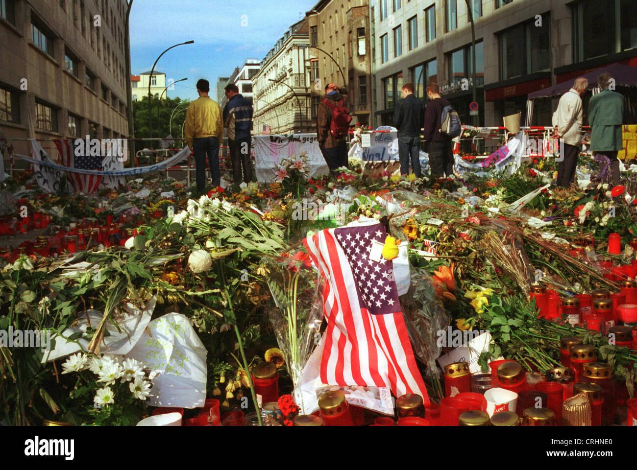 Berlin, Allemagne, des fleurs et des bougies devant l'ambassade des États-Unis à la suite des attaques terroristes Banque D'Images
