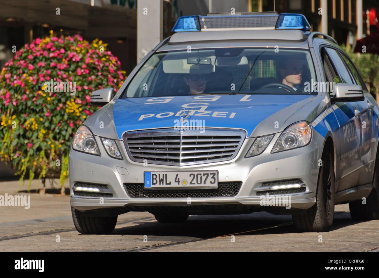 voiture de police allemand mercedes benz hommes femmes agents de police heilbronn allemagne. Black Bedroom Furniture Sets. Home Design Ideas