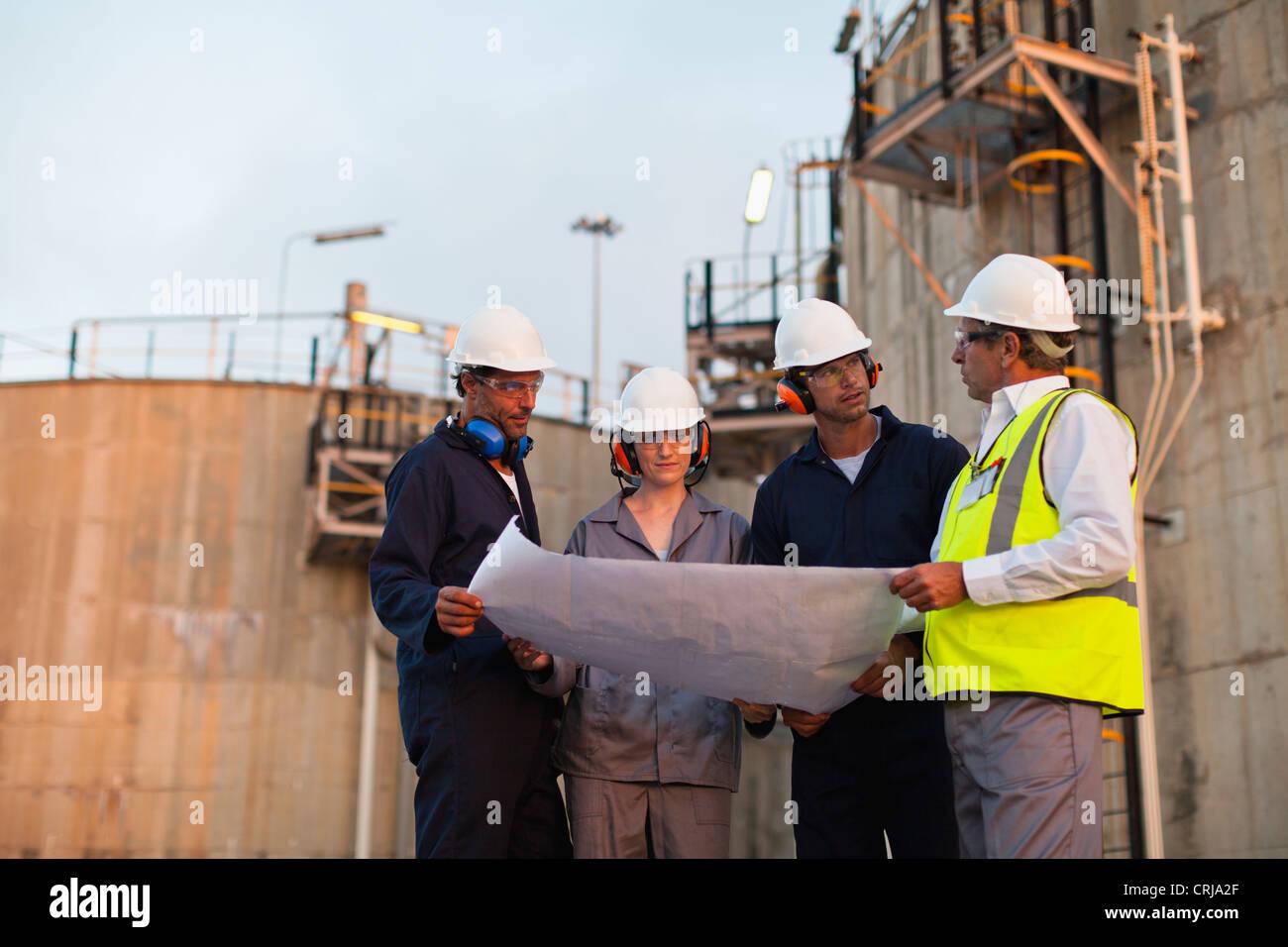 La lecture de bleus les travailleurs à l'usine Photo Stock