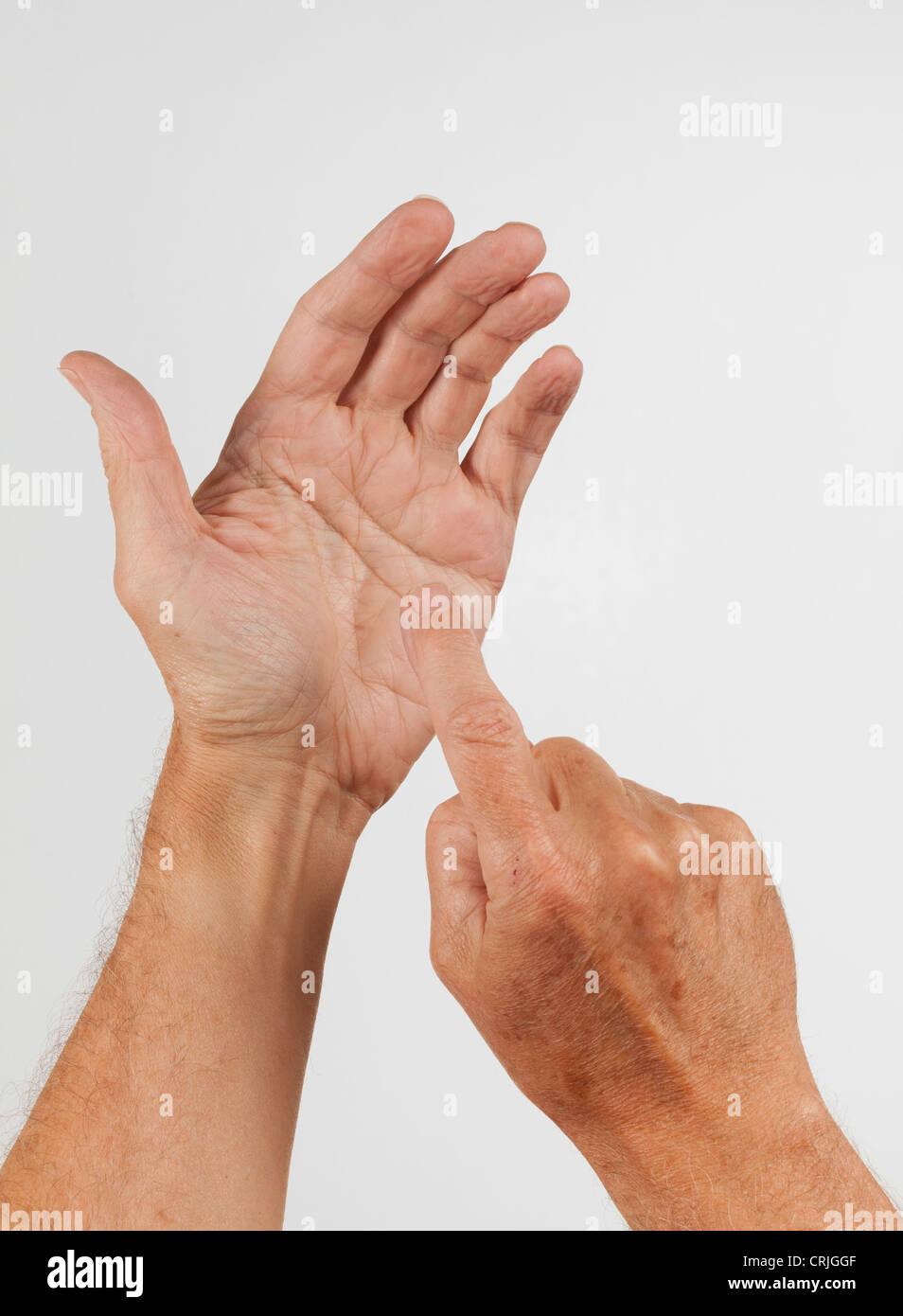 Concept montrant une main vide comme si c'était la tenue d'un téléphone et d'appuyer Photo Stock