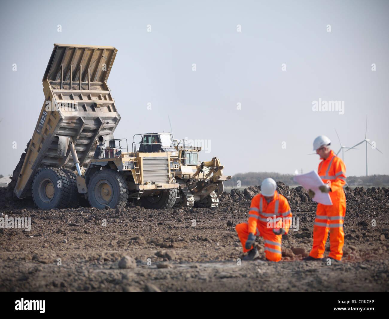 La lecture de bleus les travailleurs des mines de charbon à Photo Stock
