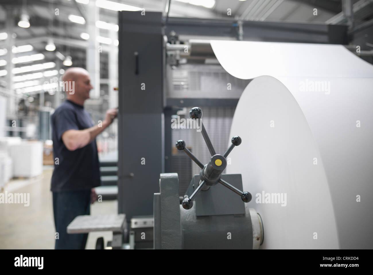 Alimentation papier d'une presse à imprimer Photo Stock
