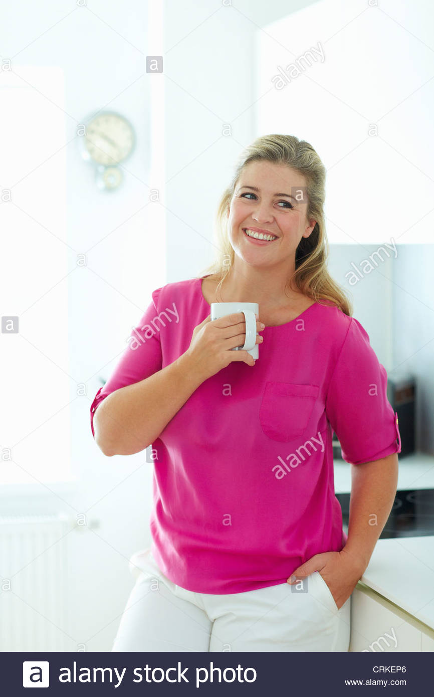 Femme tasse de café dans la cuisine Photo Stock