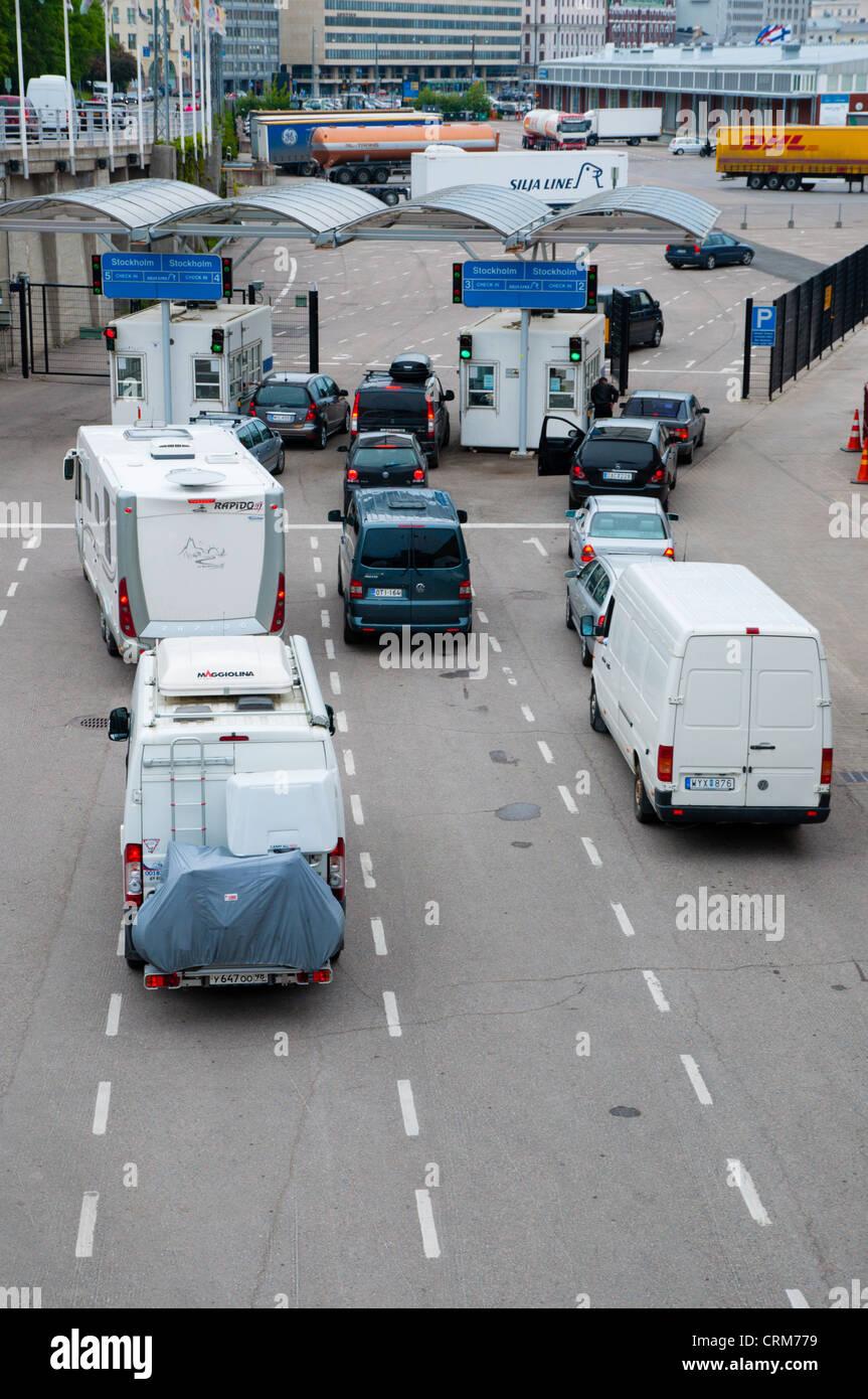 Les véhicules circulant en direction de ferry pour Stockholm à Olympiaterminaali ferry terminal Eteläranta Photo Stock