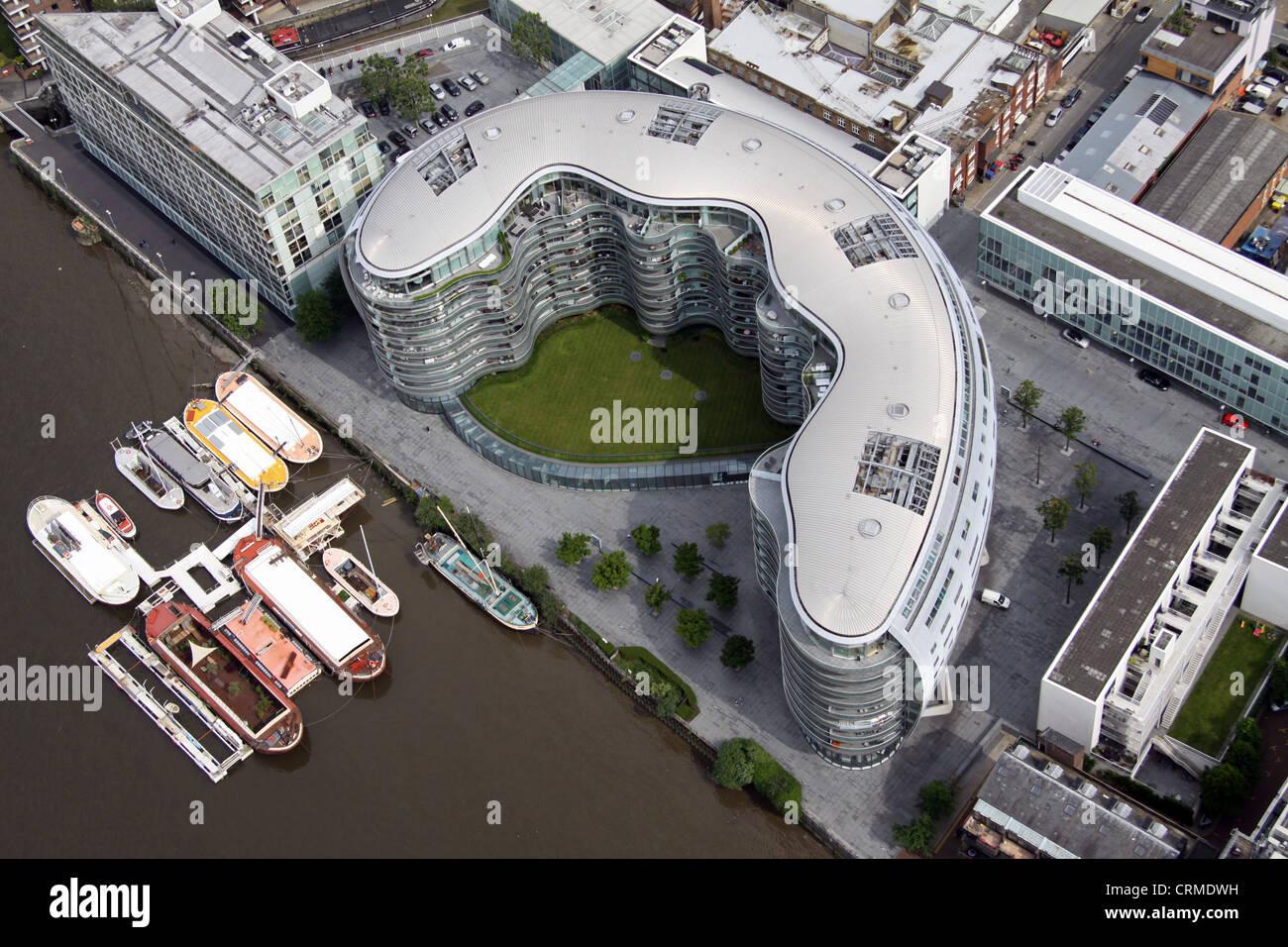 Vue aérienne d'un bloc d'appartements modernes près de Ransome's Dock, Wharf, pont de Battersea, Photo Stock