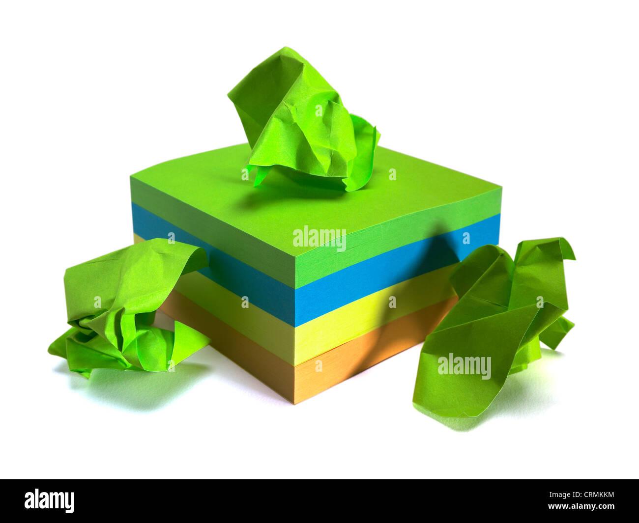 Un bloc de post-it de couleur, trois jusqu'chiffonné Photo Stock