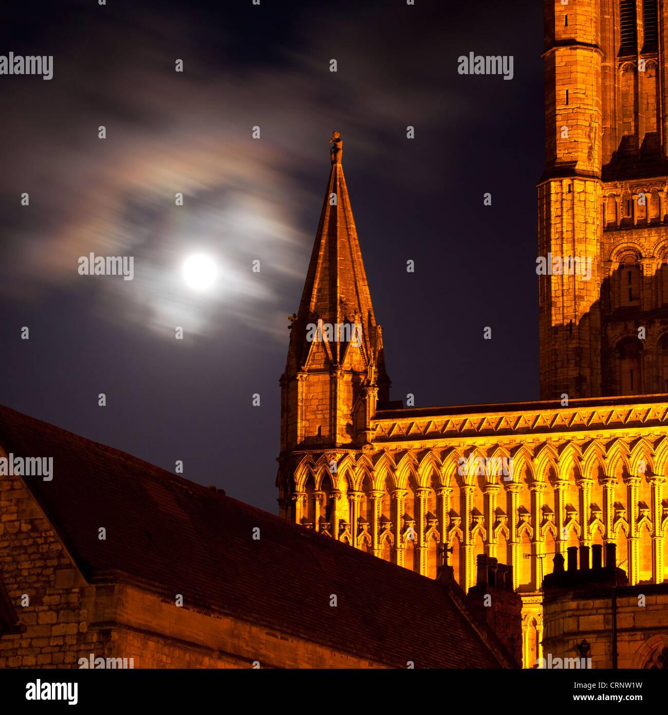 Pleine lune derrière la Cathédrale de Lincoln. Photo Stock