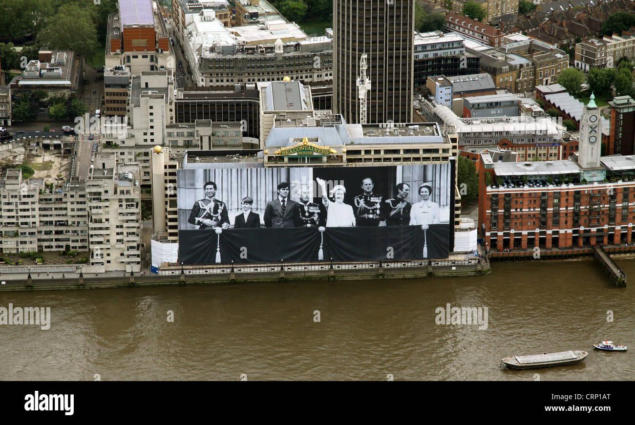 Vue aérienne de la photographie de la famille royale géant poster à partir de 1977 sur les conteneurs Photo Stock