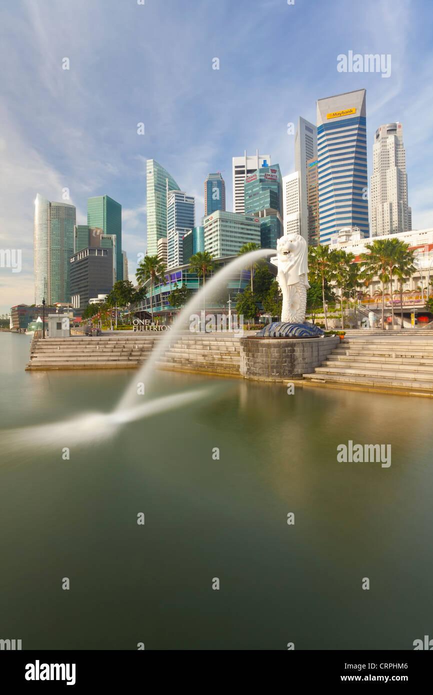 La statue du Merlion avec la Ville en arrière-plan, Marina Bay, à Singapour, en Asie du sud-est Banque D'Images