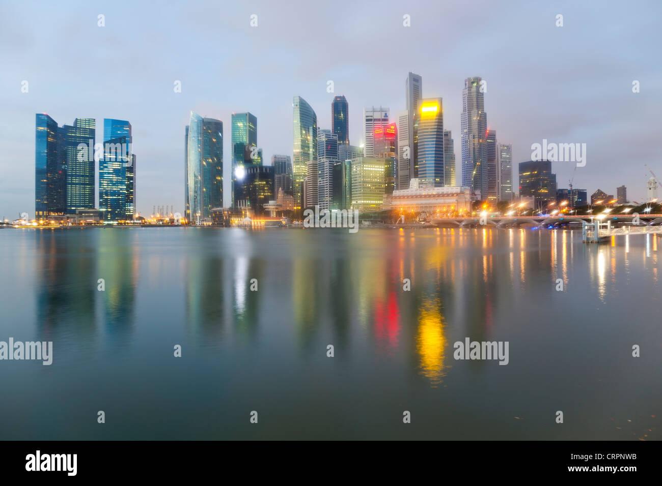 L'Asie du Sud Est, Singapour, Ville, Vue sur Marina Bay au quartier financier et d'affaires de Singapour Banque D'Images