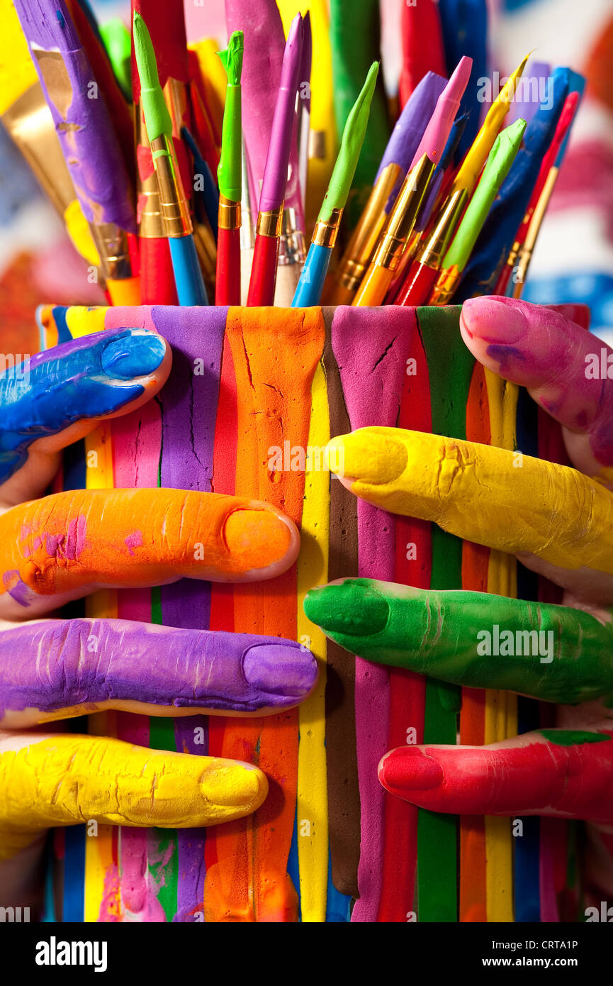 Close-up of woman holding paint can multicolores peint avec les doigts Photo Stock