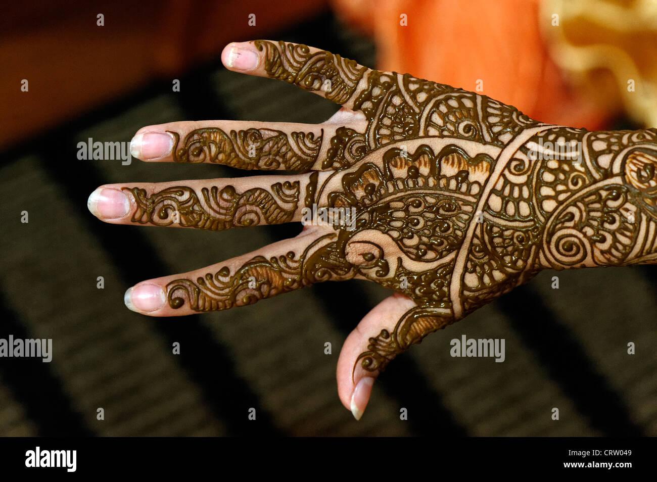 Part d'une Indienne mariée montrant les tendances de sa peinture au henné cérémonie de mariage in close up Banque D'Images