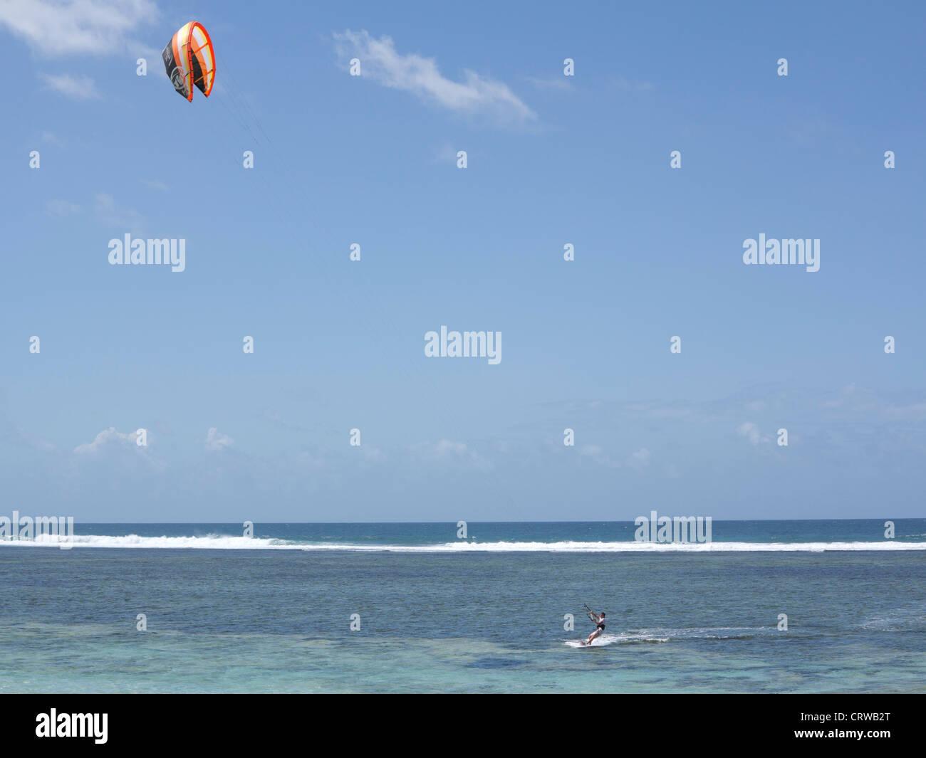 Tourist la planche à voile sur la plage de Tiwi, sur la côte de l'Océan Indien, le Kenya Photo Stock