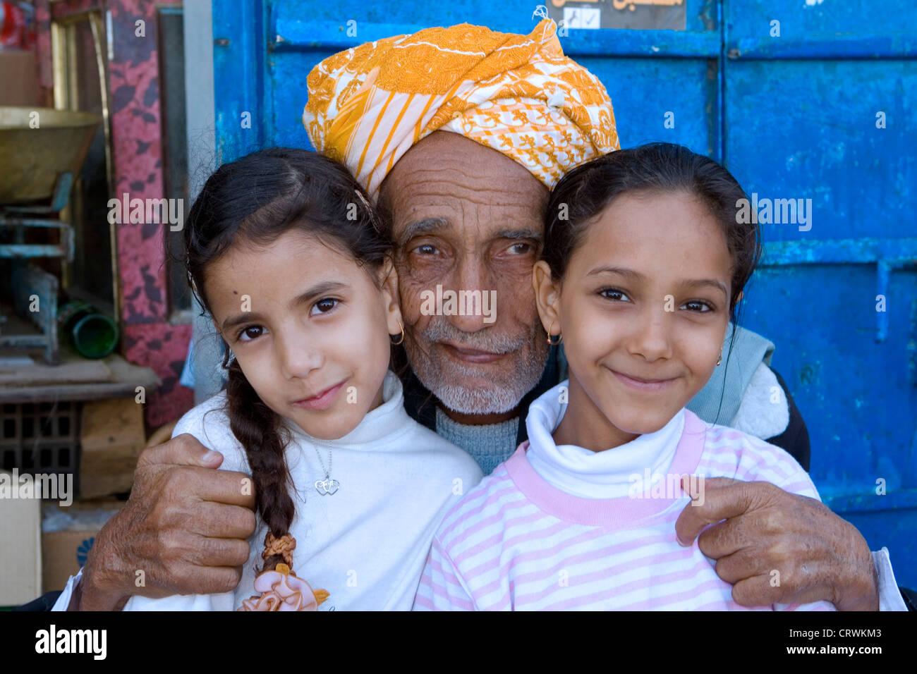 Vieil homme et les jeunes filles, montagnes Haraz, Manarkha, Al-Mahwit, Yémen Photo Stock