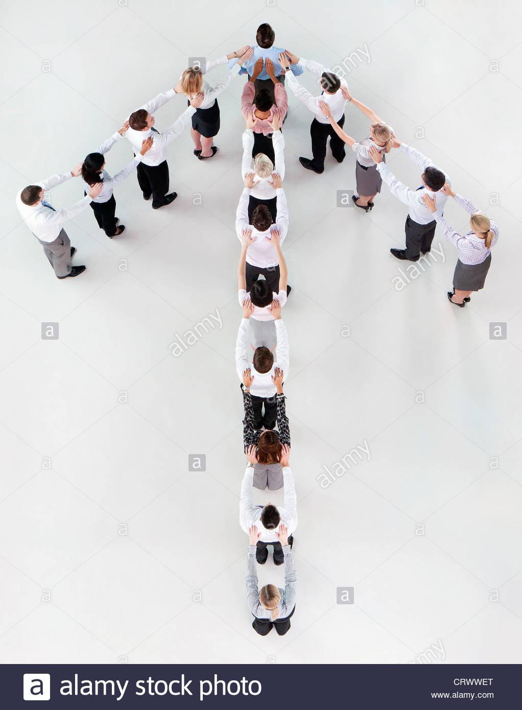 Les gens d'affaires flèche formant Photo Stock