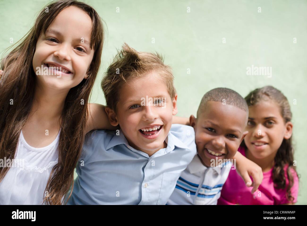 Groupe d'heureux enfants sourire, embrassant et en regardant la caméra. Copy space Photo Stock