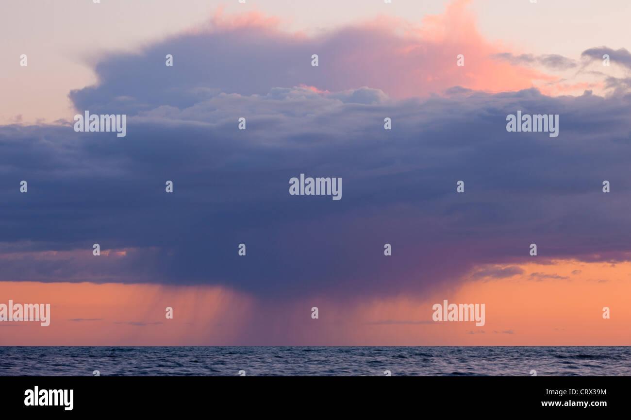 Heavy rainclouds au coucher du soleil sur la Manche, vu de la côte du Dorset. Printemps (avril) 2012. Photo Stock