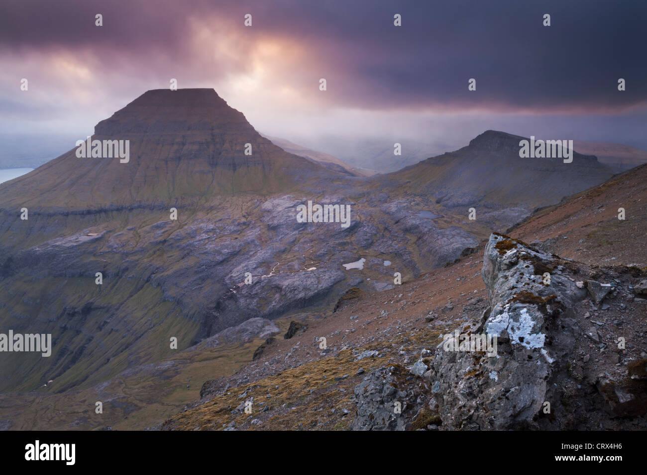 Coucher du soleil sur la montagne Skaelingur atmosphériques sur l'île de Streymoy, Îles Féroé. Photo Stock