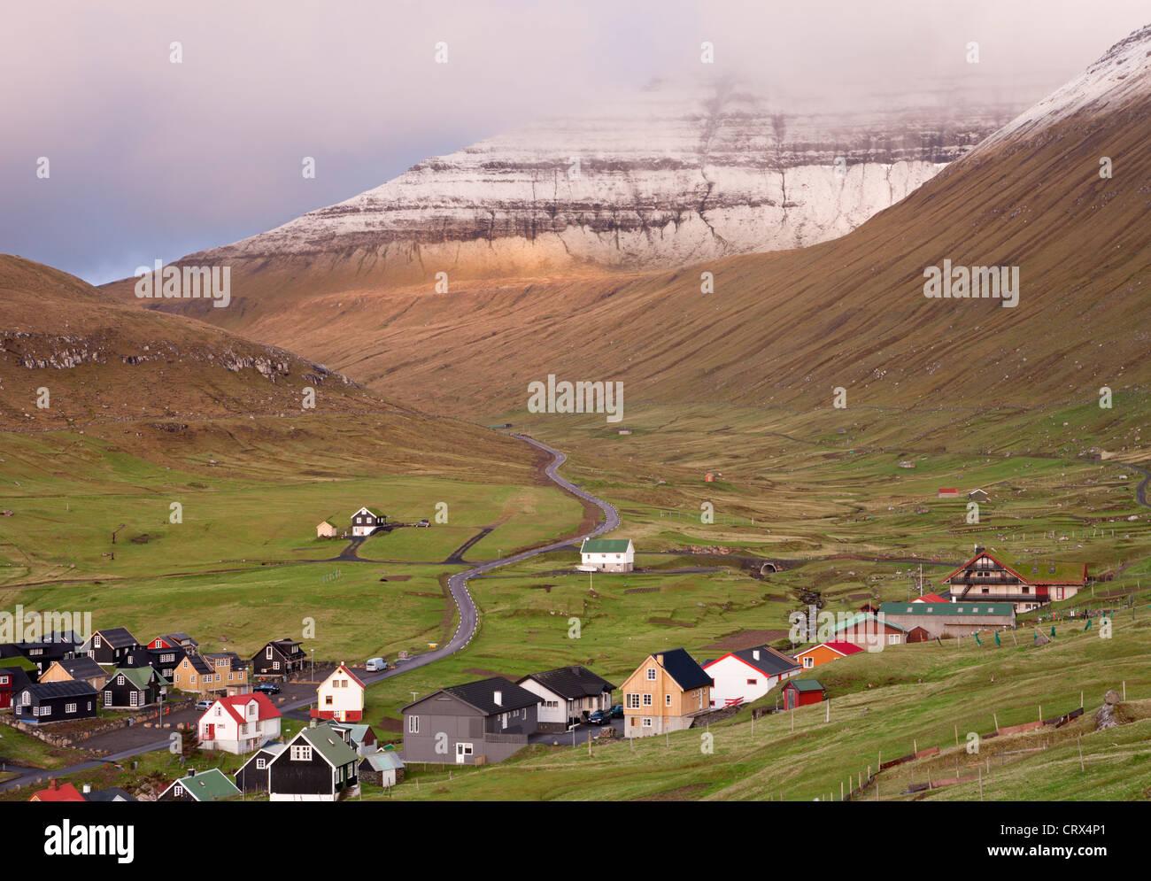 Mais confortables et disposent de village sur l'île de Eysturoy, Îles Féroé. Printemps (juin) Photo Stock