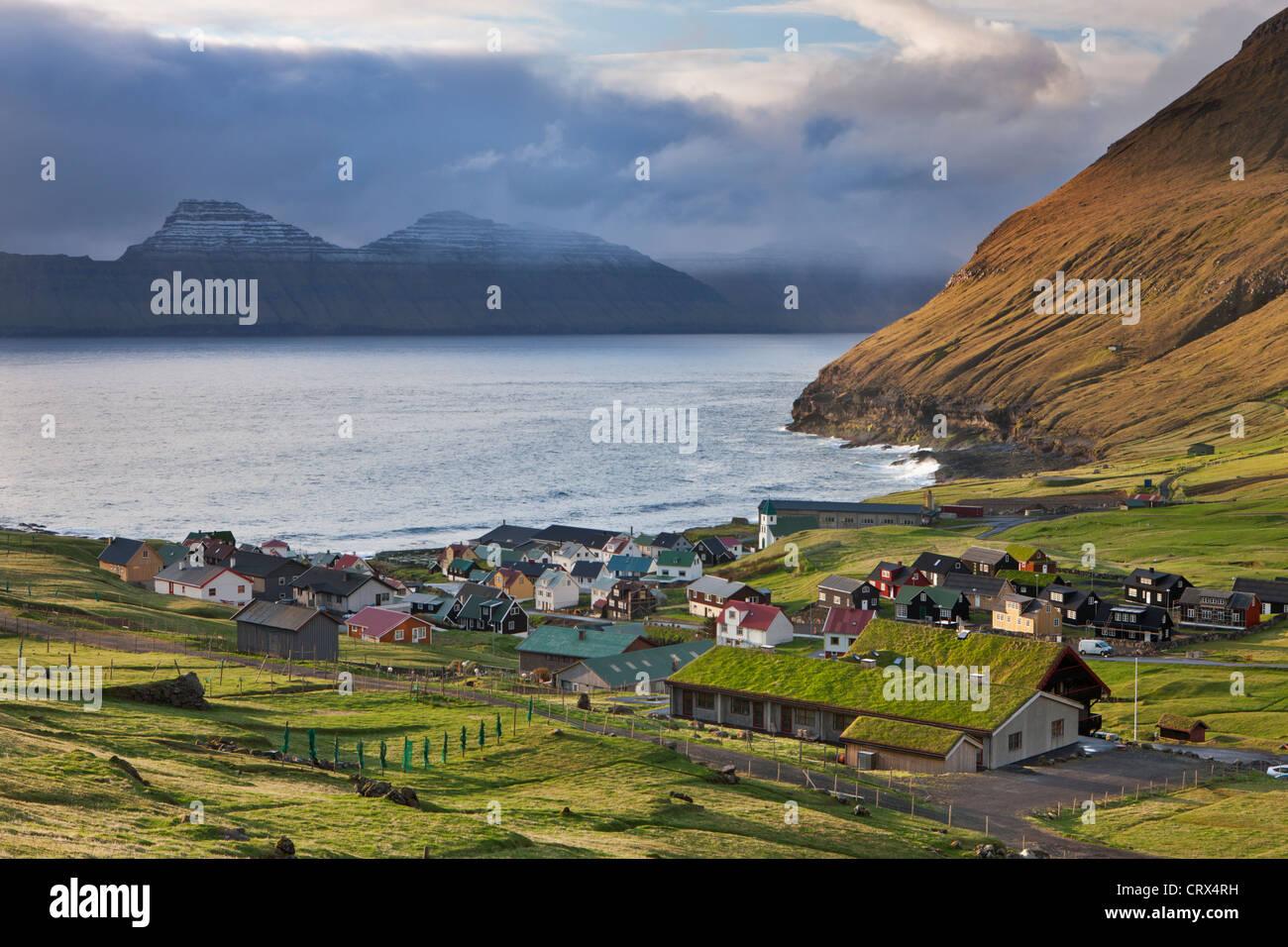 Village pittoresque de mais confortables et disposent de l'île de Eysturoy, Îles Féroé. Photo Stock
