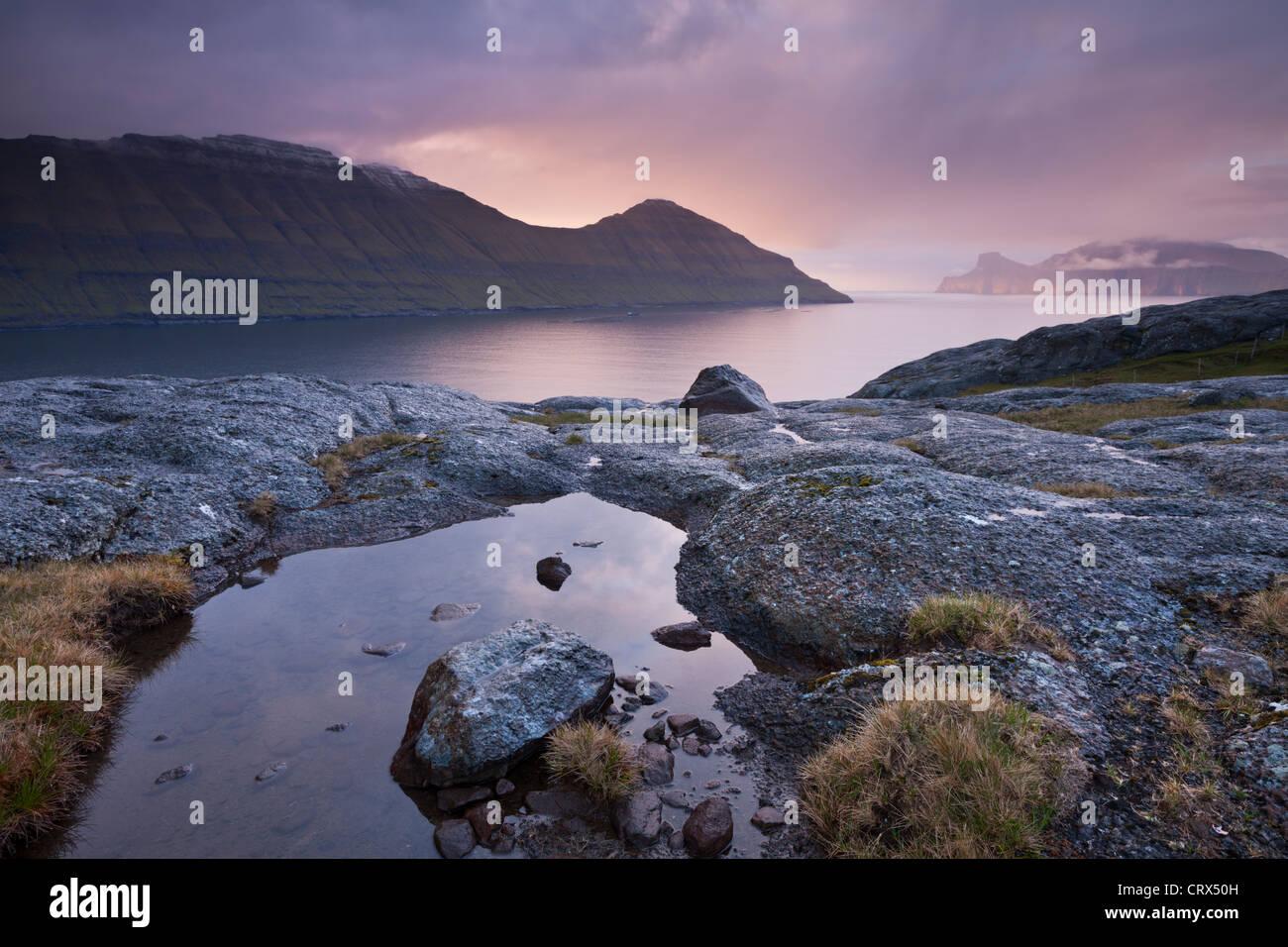 Coucher de soleil sur Funningsfjordur et l'île de Kalsoy. Eysturoy, Îles Féroé. Printemps Photo Stock