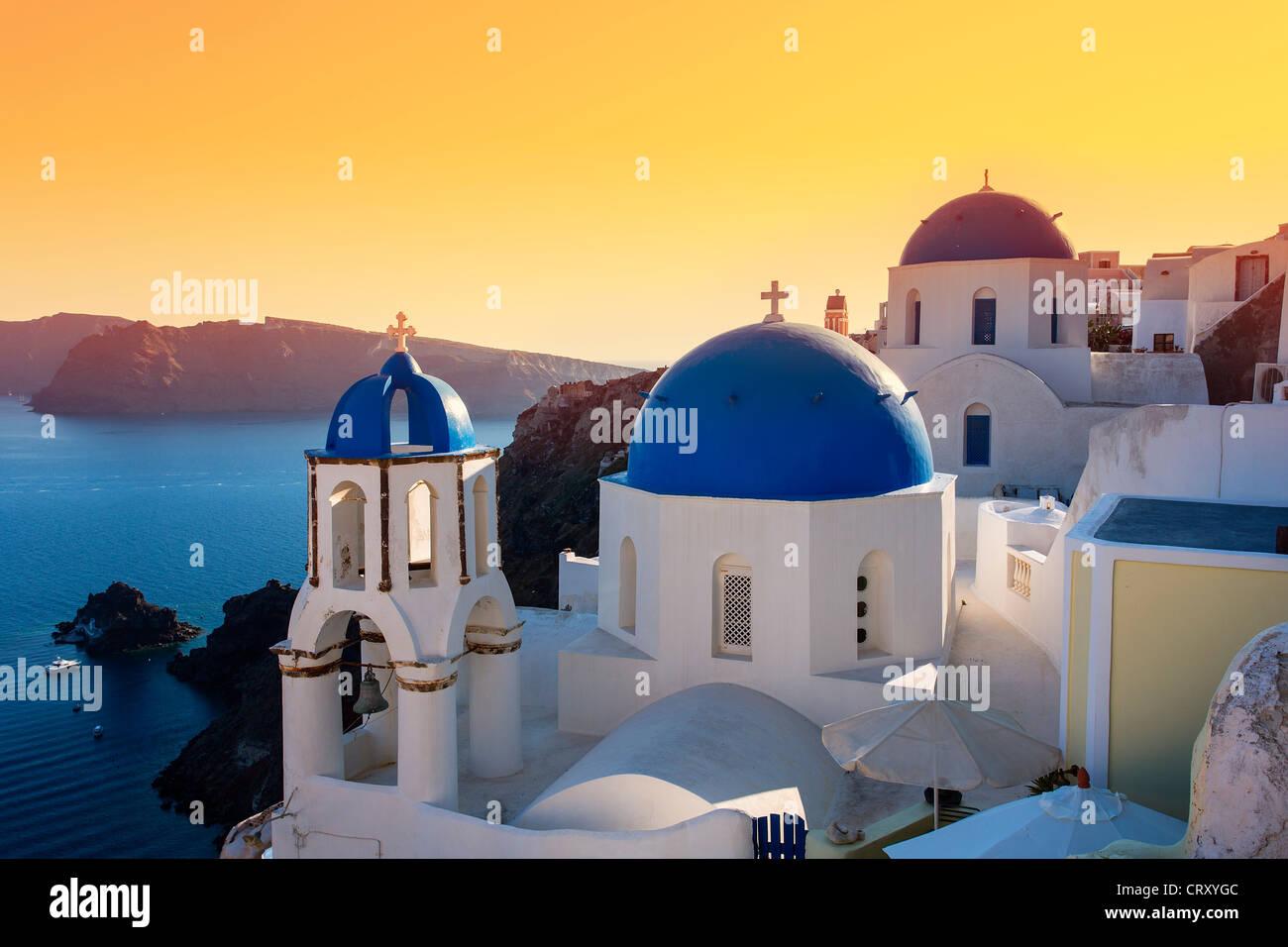 Santorin, Oia, Église orthodoxe au coucher du soleil Photo Stock