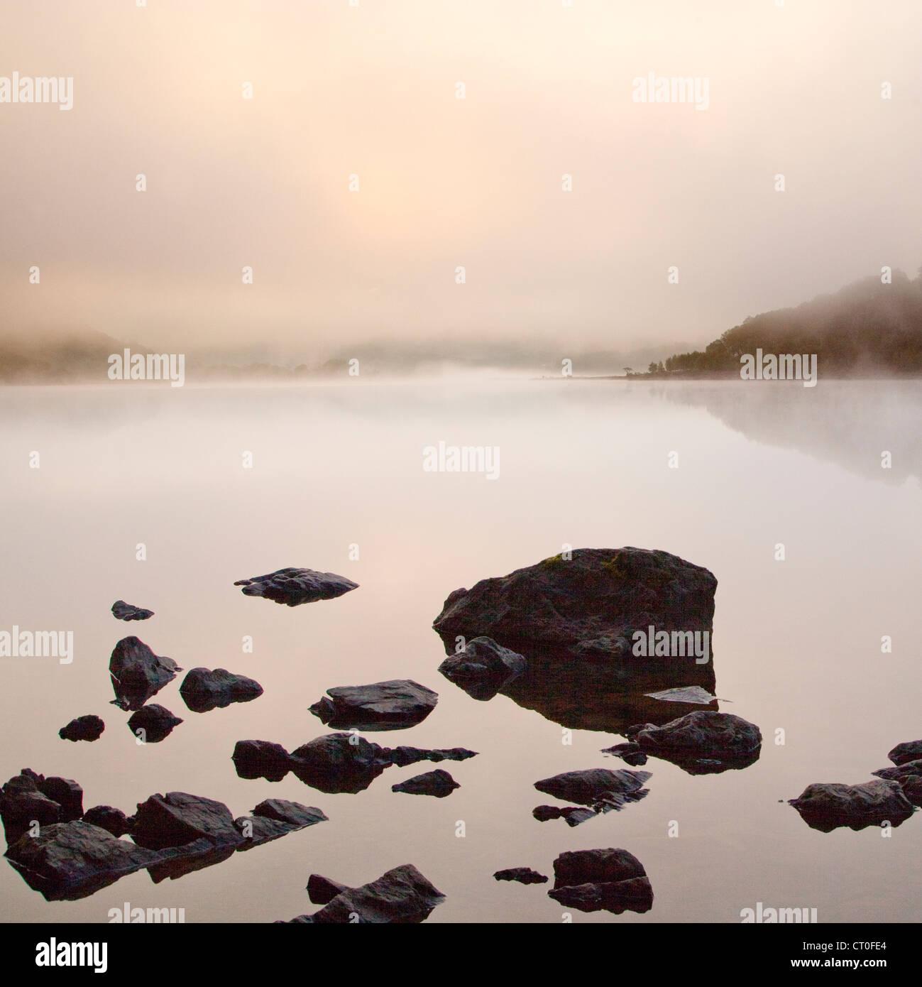 Misty sur Llyn Dinas Lake dans le Parc National de Snowdonia Vallée Nantgwynant Gwynedd au nord du Pays de Photo Stock