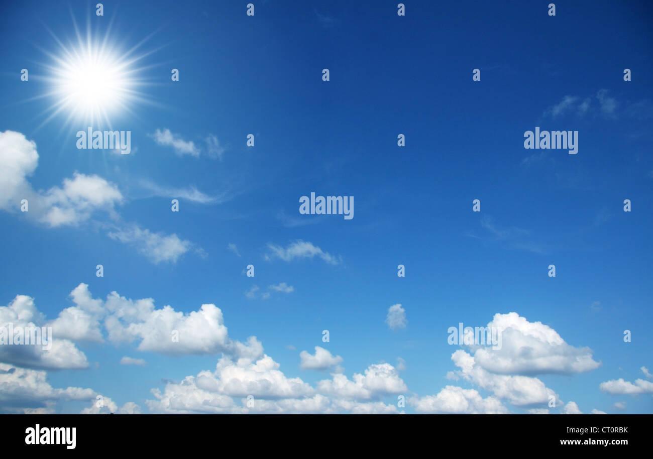 Ciel bleu, soleil et nuages Photo Stock