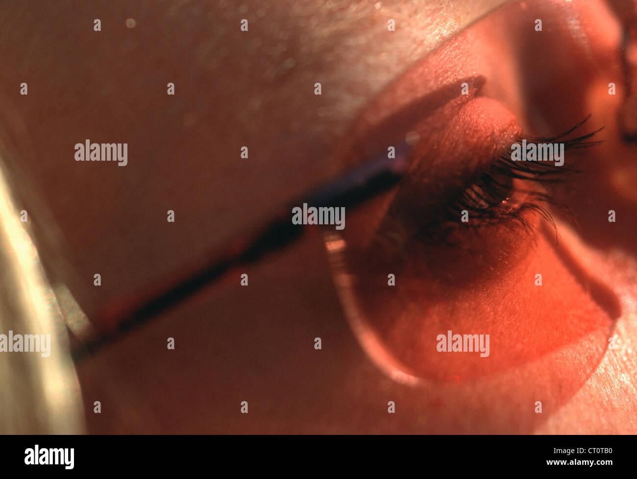 Oeil regarde à travers des lunettes de soleil en plastique Photo Stock da69433ab9f6