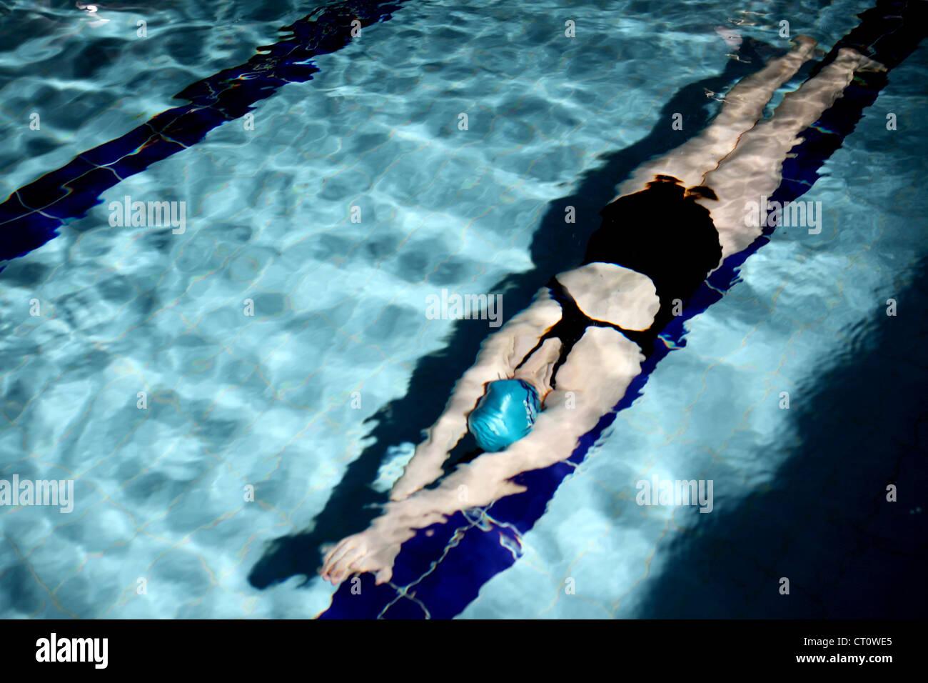 Faire des longueurs dans la piscine de natation Photo Stock