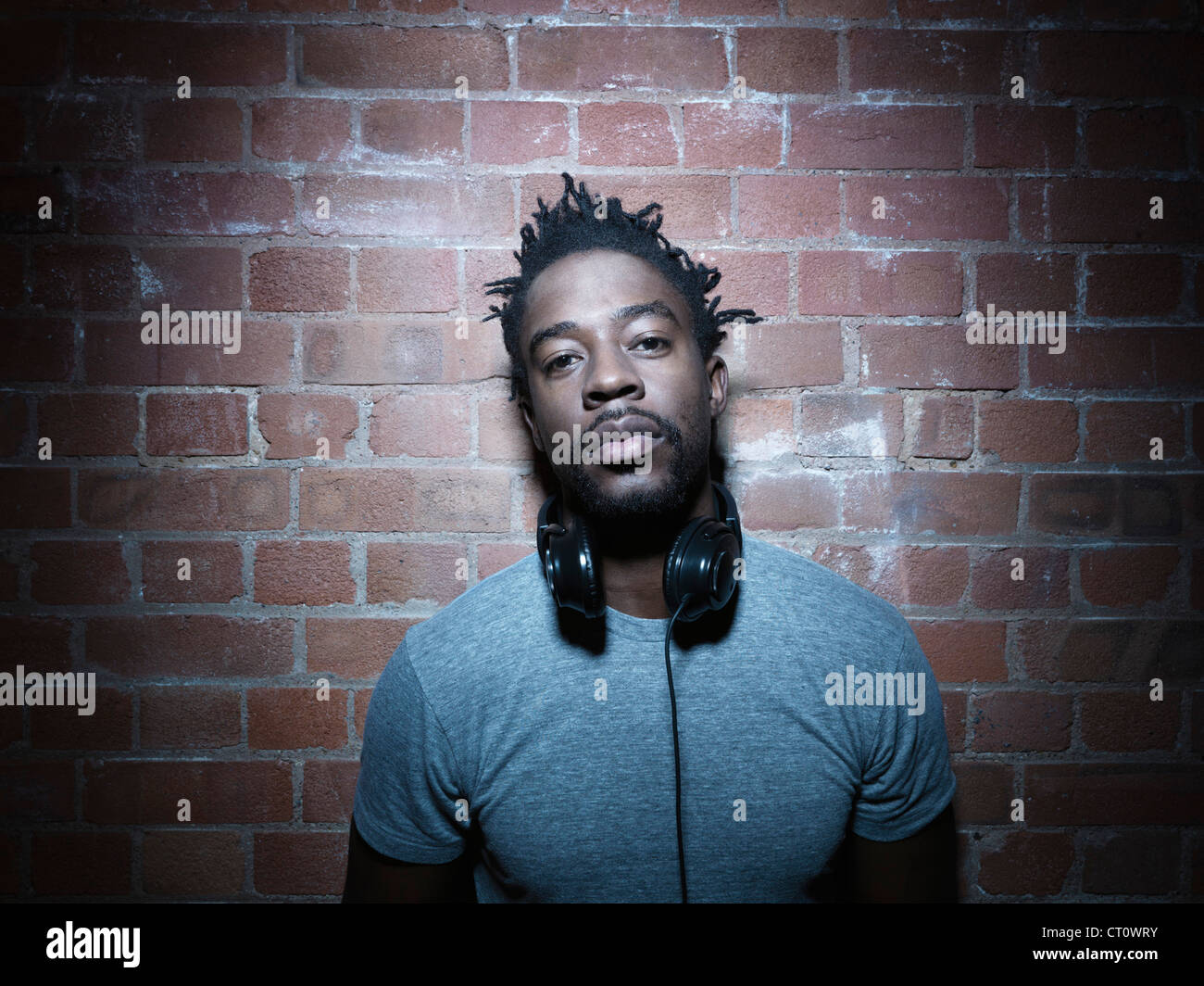 Homme portant des écouteurs autour du cou Photo Stock