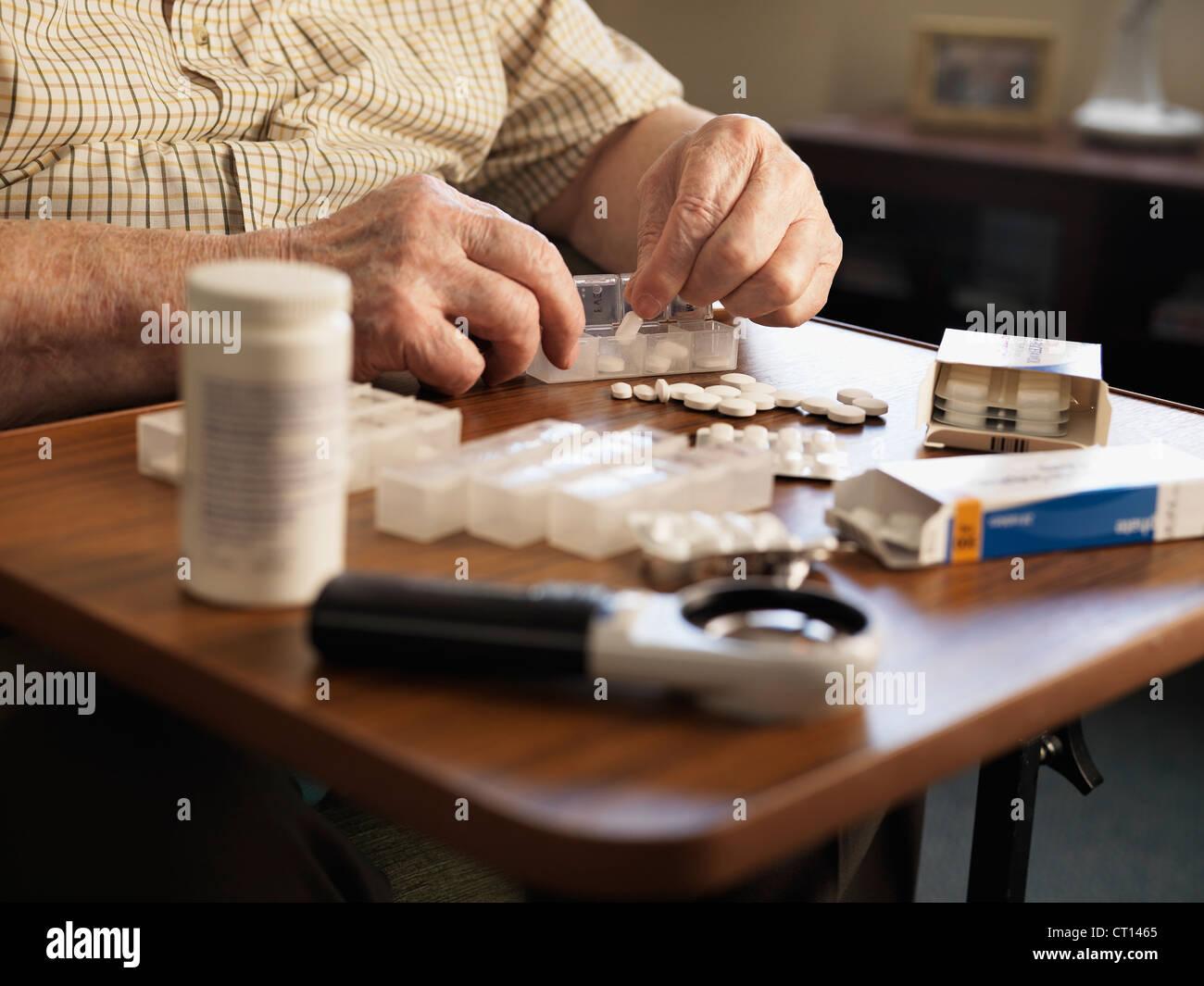 Homme de mesurer ces médicaments Photo Stock