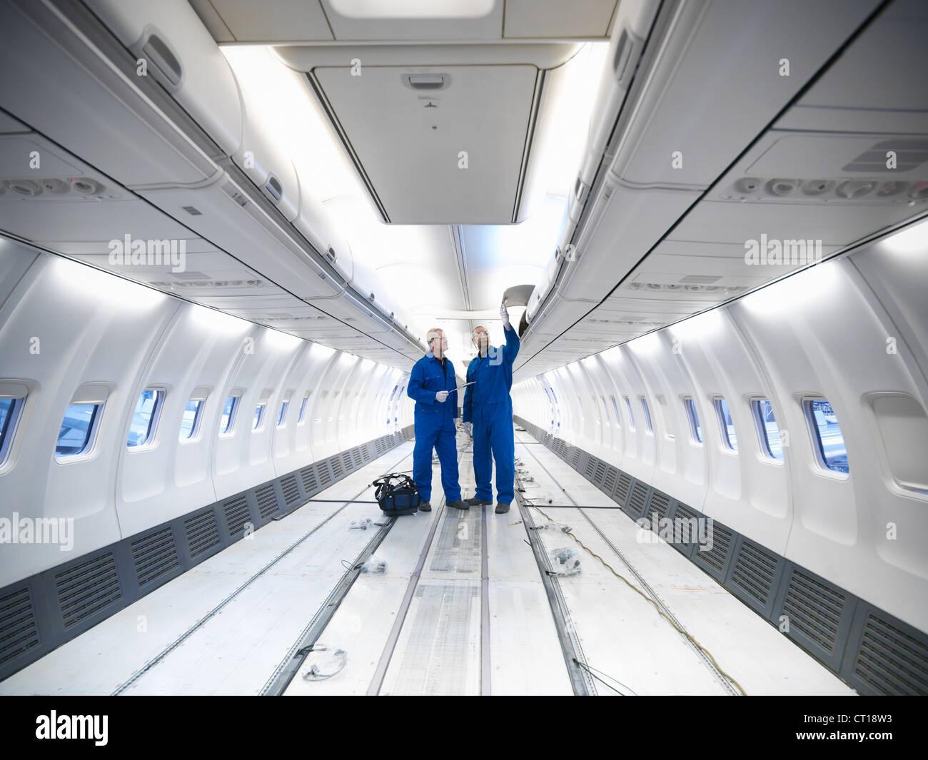 L'examen des travailleurs avion vide Photo Stock