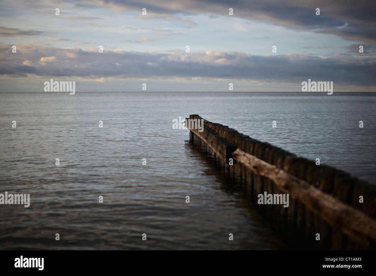 Jetée dans la baie d'étirement délabré Photo Stock