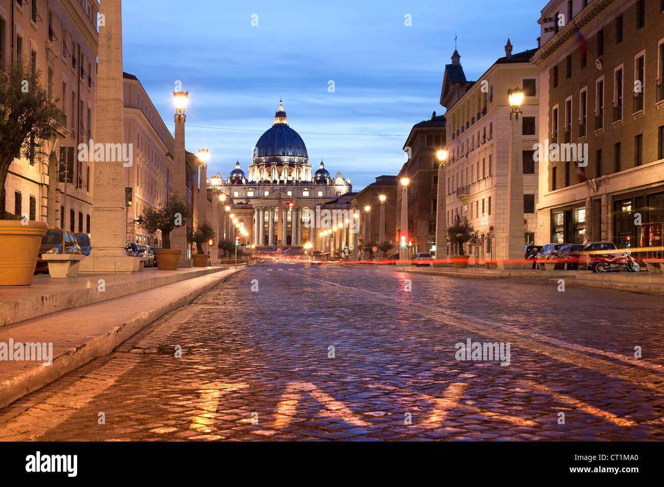 Rome la nuit. Italie la Basilique Saint Pierre dans la nuit avec un trafic. L'exposition longue Photo Stock