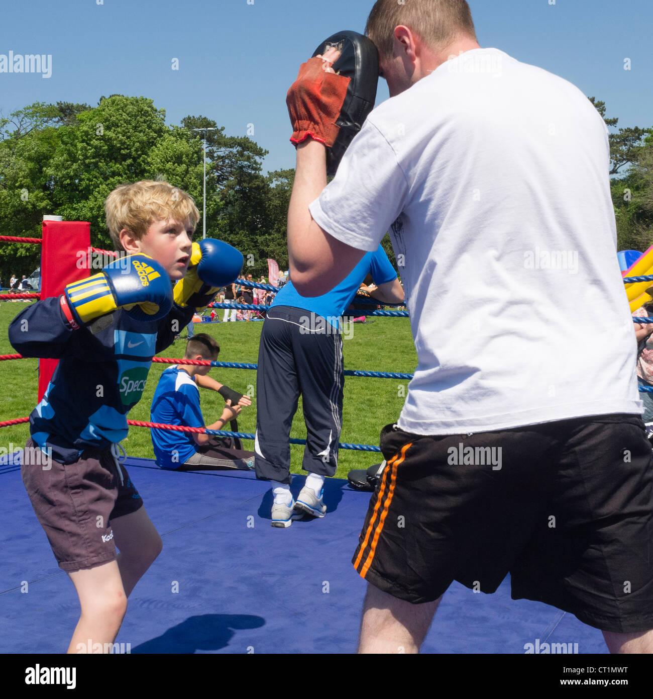 Un jeune garçon boxer boxe sparring formation leçon uk Photo Stock