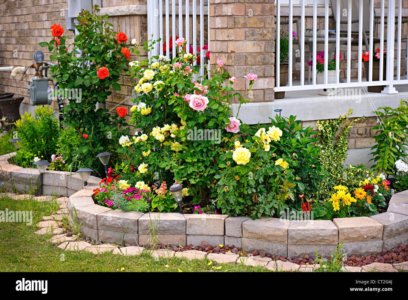 La pierre naturelle dans l'aménagement paysager accueil jardin rose Photo Stock