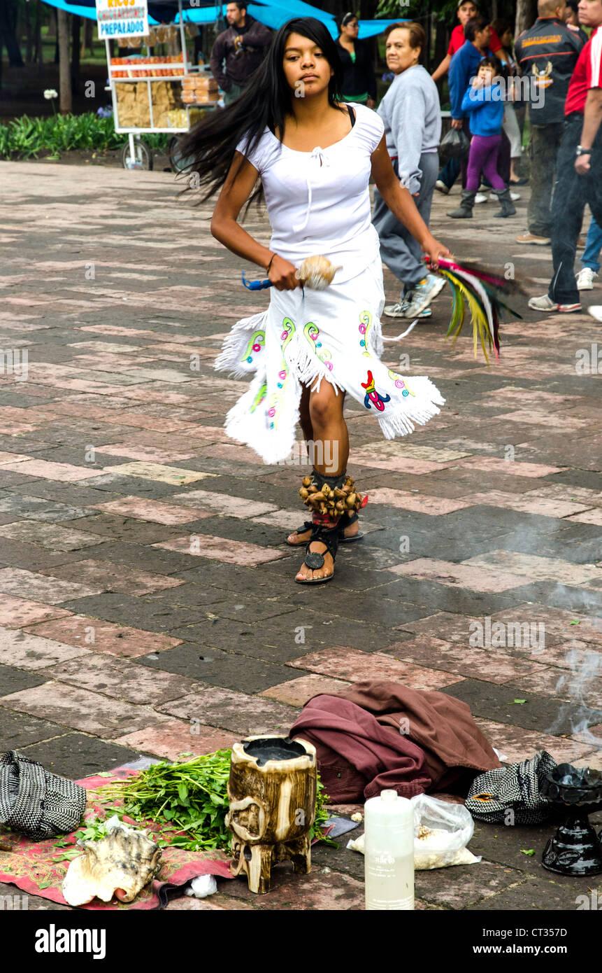 Des danseurs traditionnels rue Aztèque Mexico Mexique Amérique Centrale Photo Stock